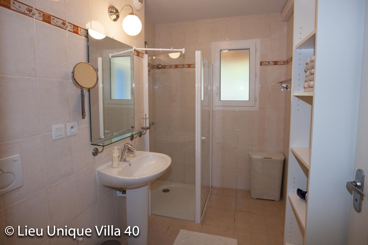 Ruime badkamer met douche en toilet   Vakantievilla 40 Ardèche