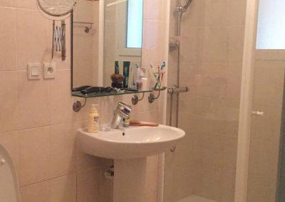 Ruime badkamer met douche en toilet